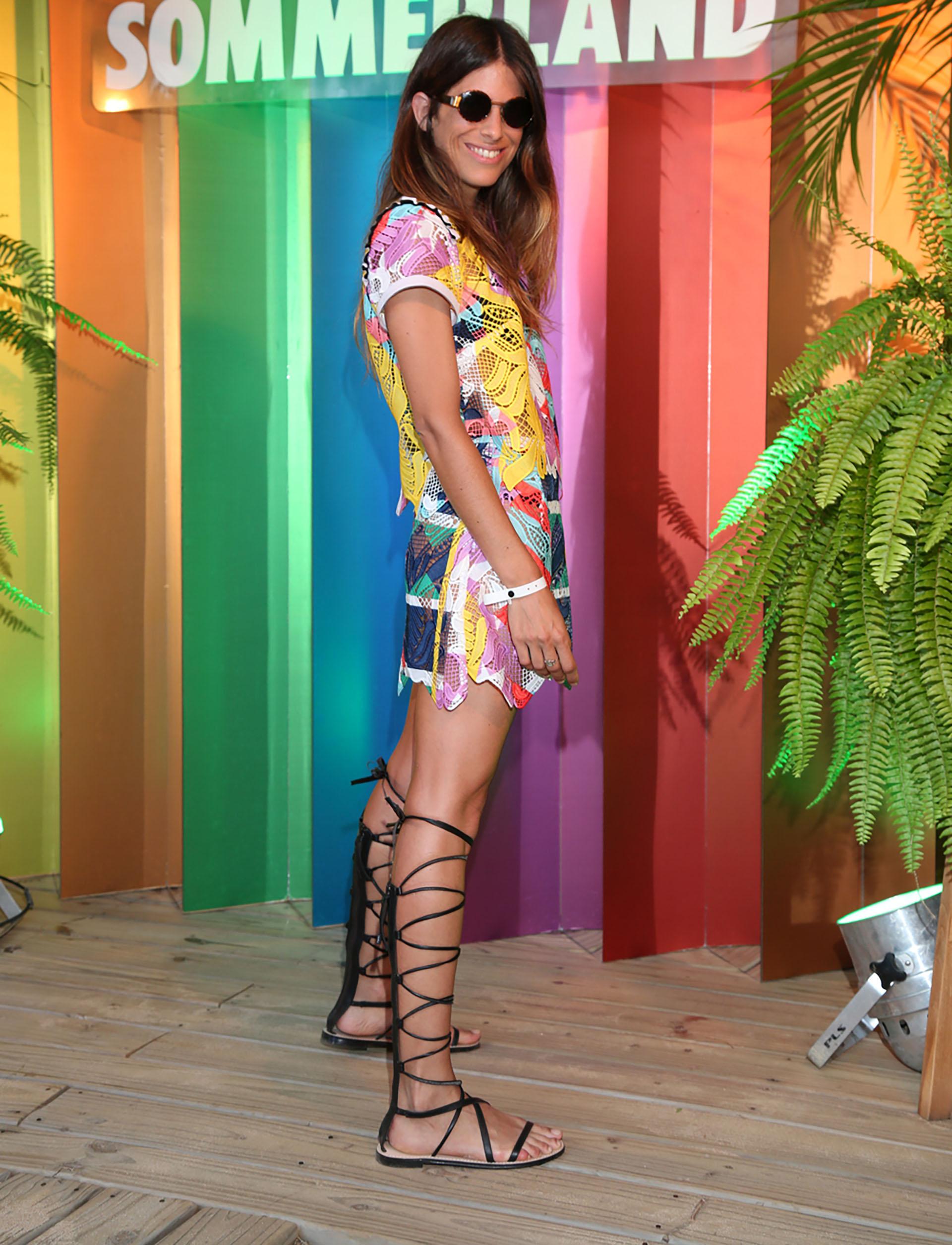 Multicolor. Un diseño rejilla pintado a mano, un vestido protagonista de la noche de Punta del Este. Lo acompañó con unas sandalias gladiadoras en negro, un must para el calzado de verano.