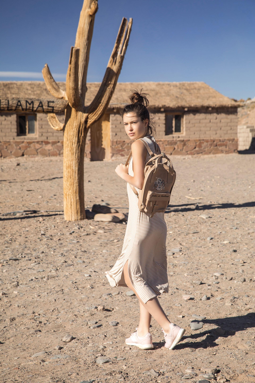 Vestido musculosa ($ 990, Vitamina), mochila de cuero ($ 5.400, Vitamina) y zapatillas ($ 1.999, New Balance). Foto Fernando Venegas/ Para Ti