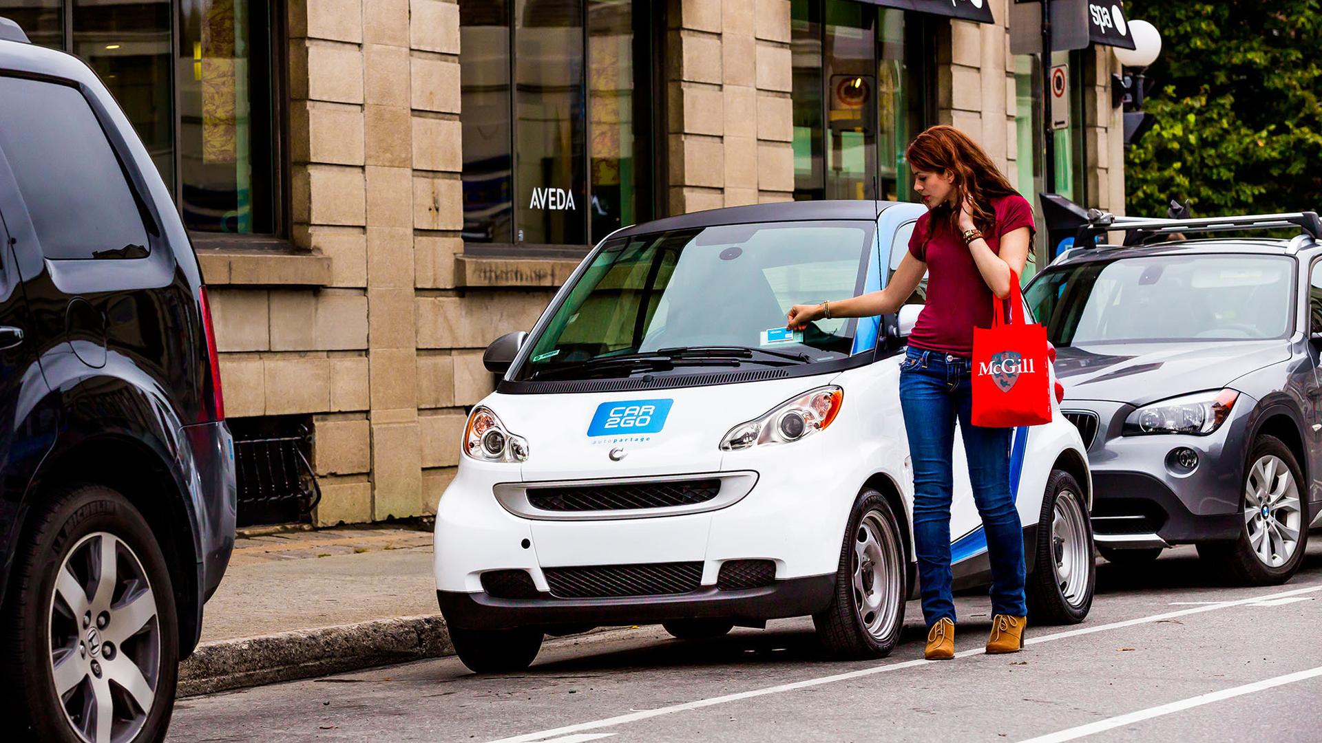Car2go es una filial de Daimler AG que proporciona servicios de alquiler de coches en ciudades de Europa y Norteamérica. En la imagen, una cliente contrata una unidad en las calles de Toronto, Canadá