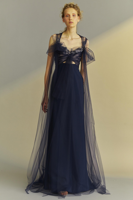 Alta Costura: vestido negro de seda y tul. La última colección Evening Spring 2018 de Ángel Sánchez está inspirada en una mujer etérea y femenina.