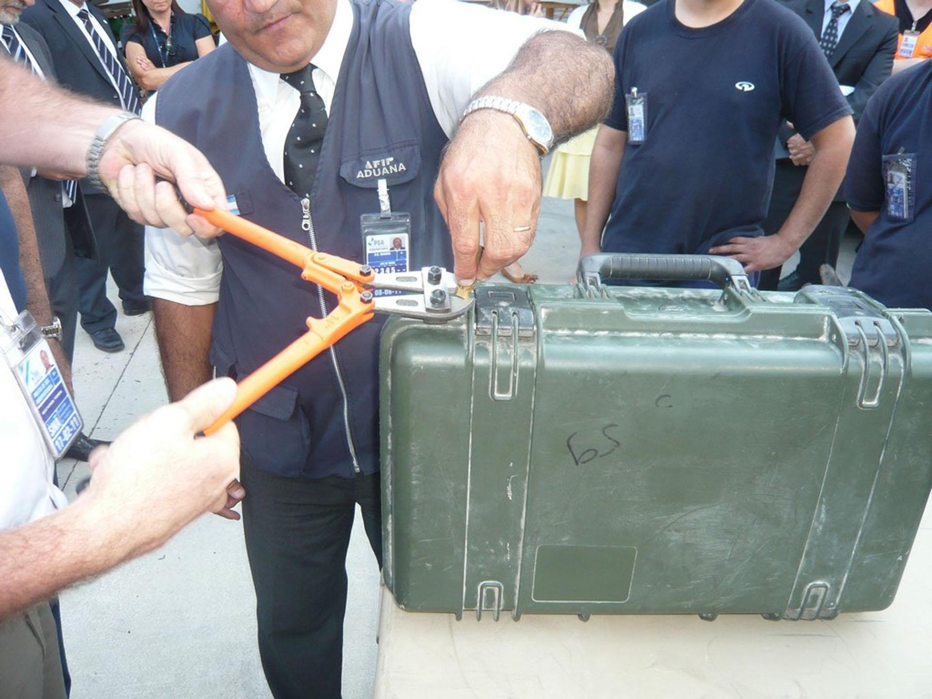 En febrero de 2011 un avión de la fuerza aérea de EEUU llegó a Ezeiza y el entonces canciller supervisó la requisa alicate en mano
