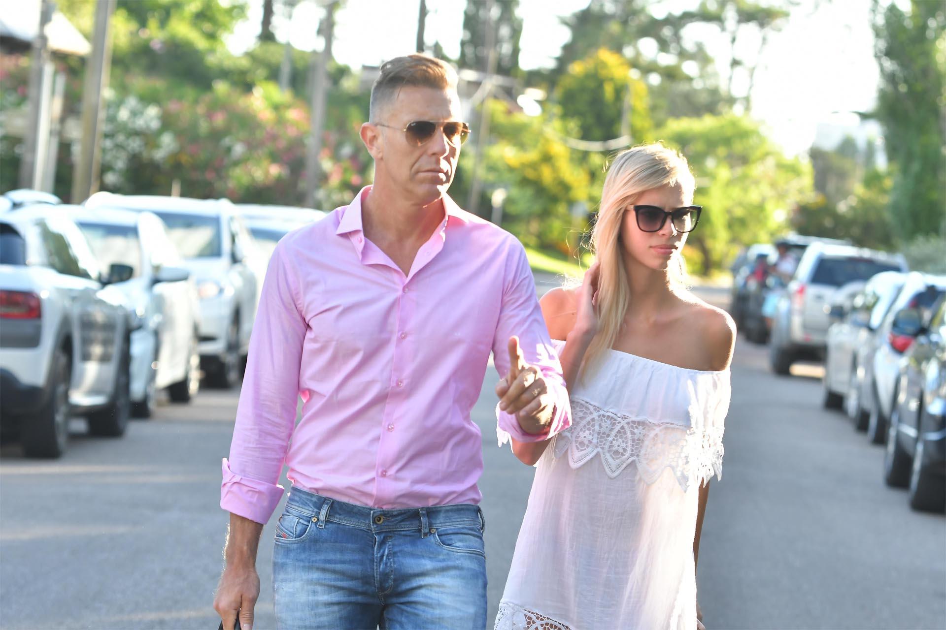 Alejandro Fantino apostó nuevamente al amor, tras su divorcio con Miriam Lanzoni. El conductor viajó a Punta del Este con su nueva pareja: Coni Mosqueira, una modelo de 24 años