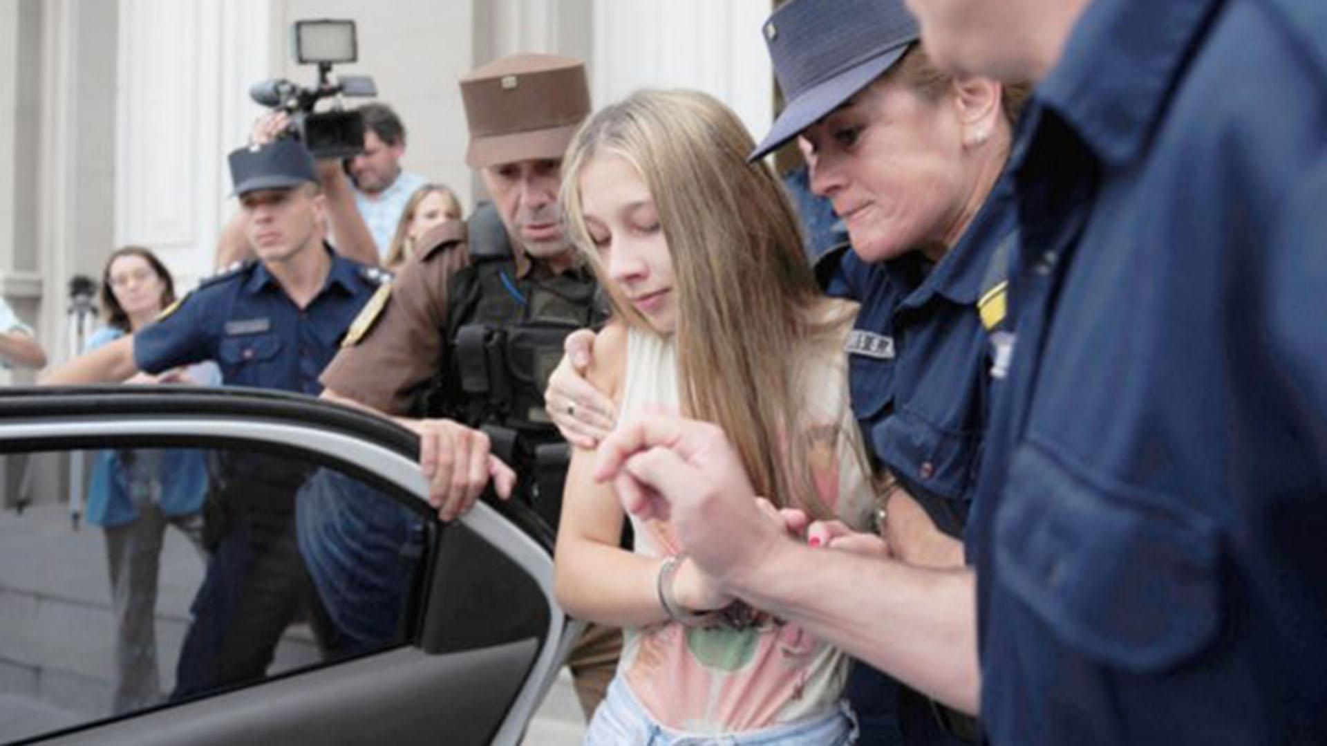 Nahir Galarza es trasladada por la policía (Uno)