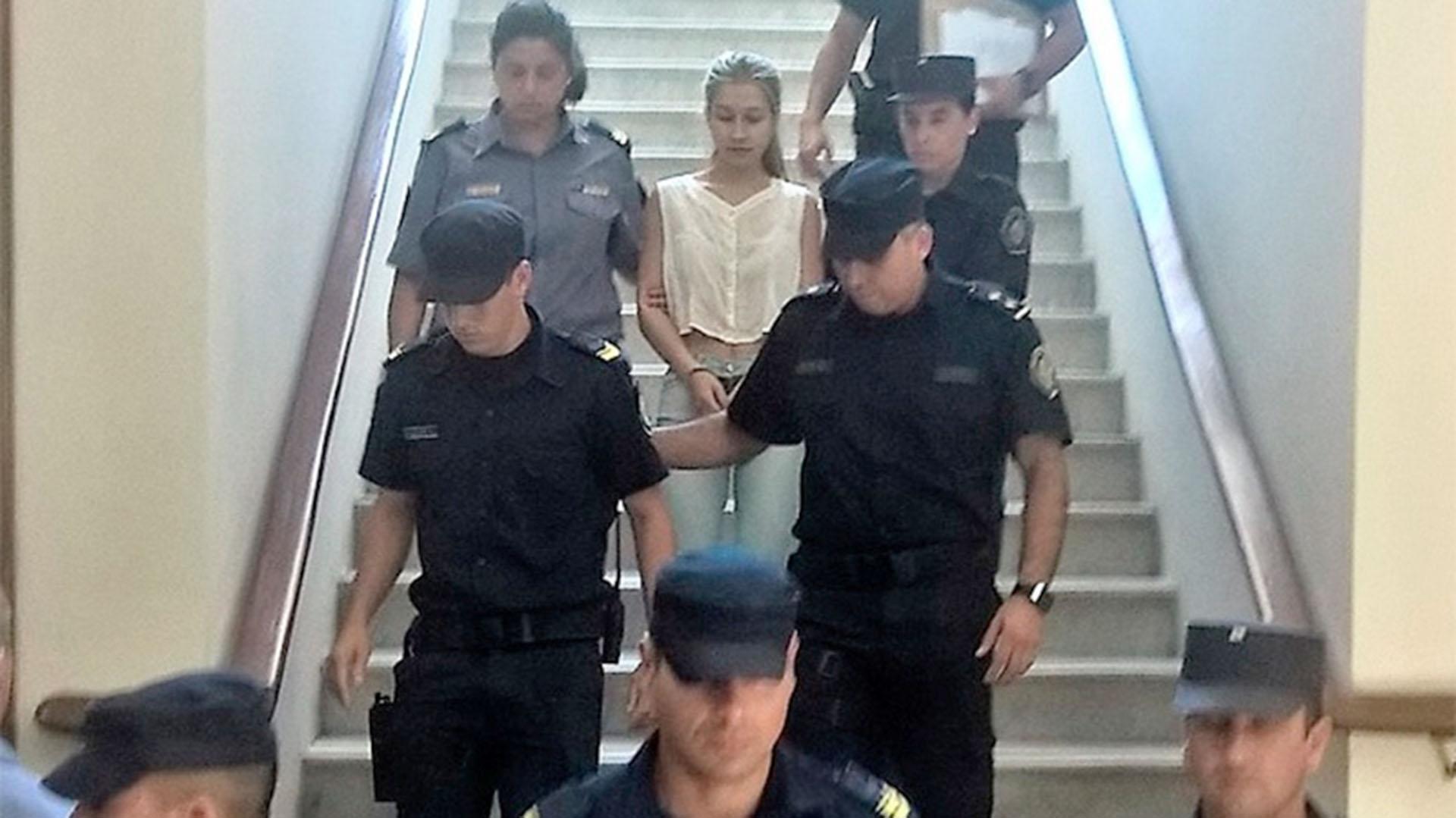 Nahir Galarza en los tribunales de Gualeguay, escoltada por la policía (El Once)