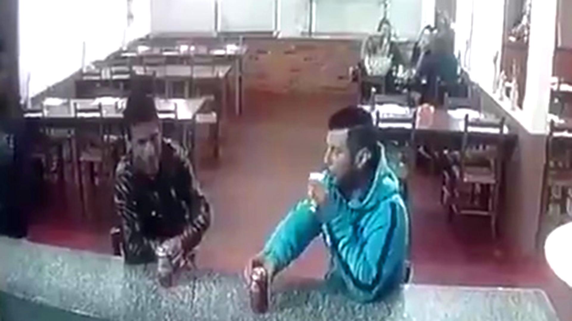 El hombre tomaba una cerveza junto a un amigo