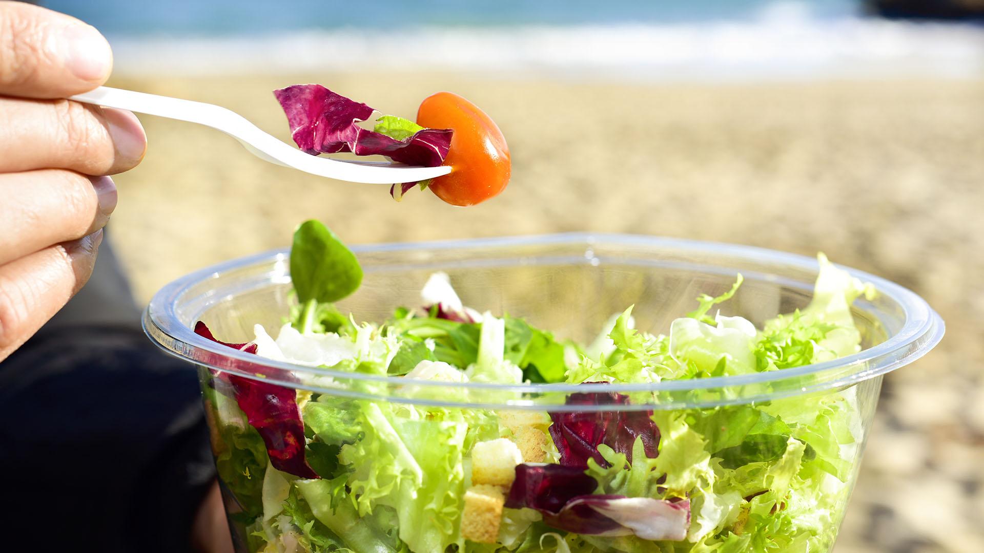 Las ensaladas se deben condimentar al momento de comerlas y se debe evitar la mayonesa (Getty)