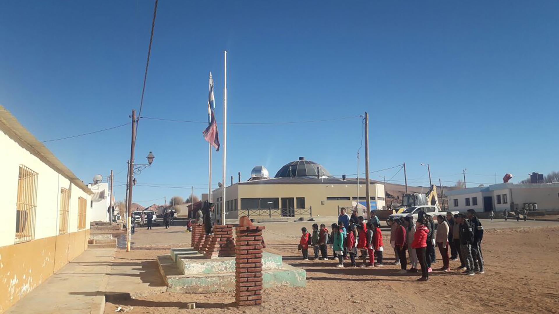 Los alumnos de la Escuela N° 4.622 izan la bandera en su regreso a clases