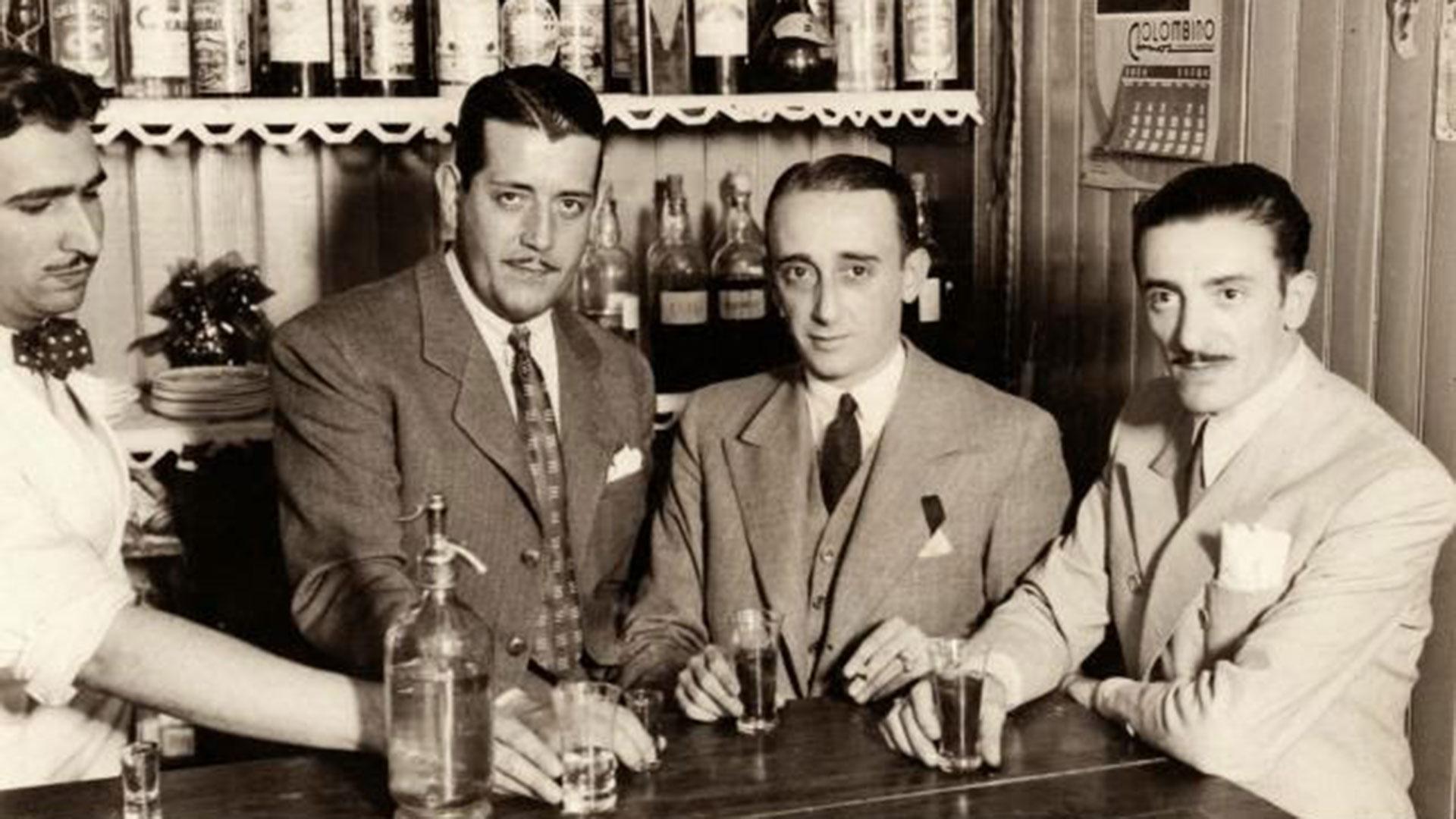 Pintín Castellanos, D'Arienzo y Biagi en Montevideo tomando un guindado