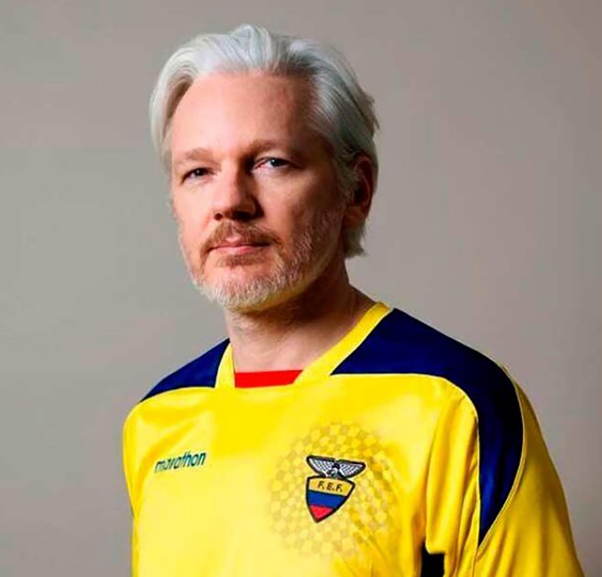 Julian Assange con la camiseta de la selección de Ecuador