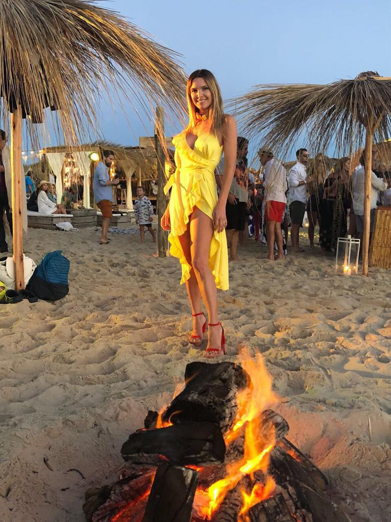 La modelo Sofía Zámolo es invitada a los paradores top. Eligió un vestido en amarillo huevo cruzado de volados y sandalias rojas (Foto: Maite Irazu)