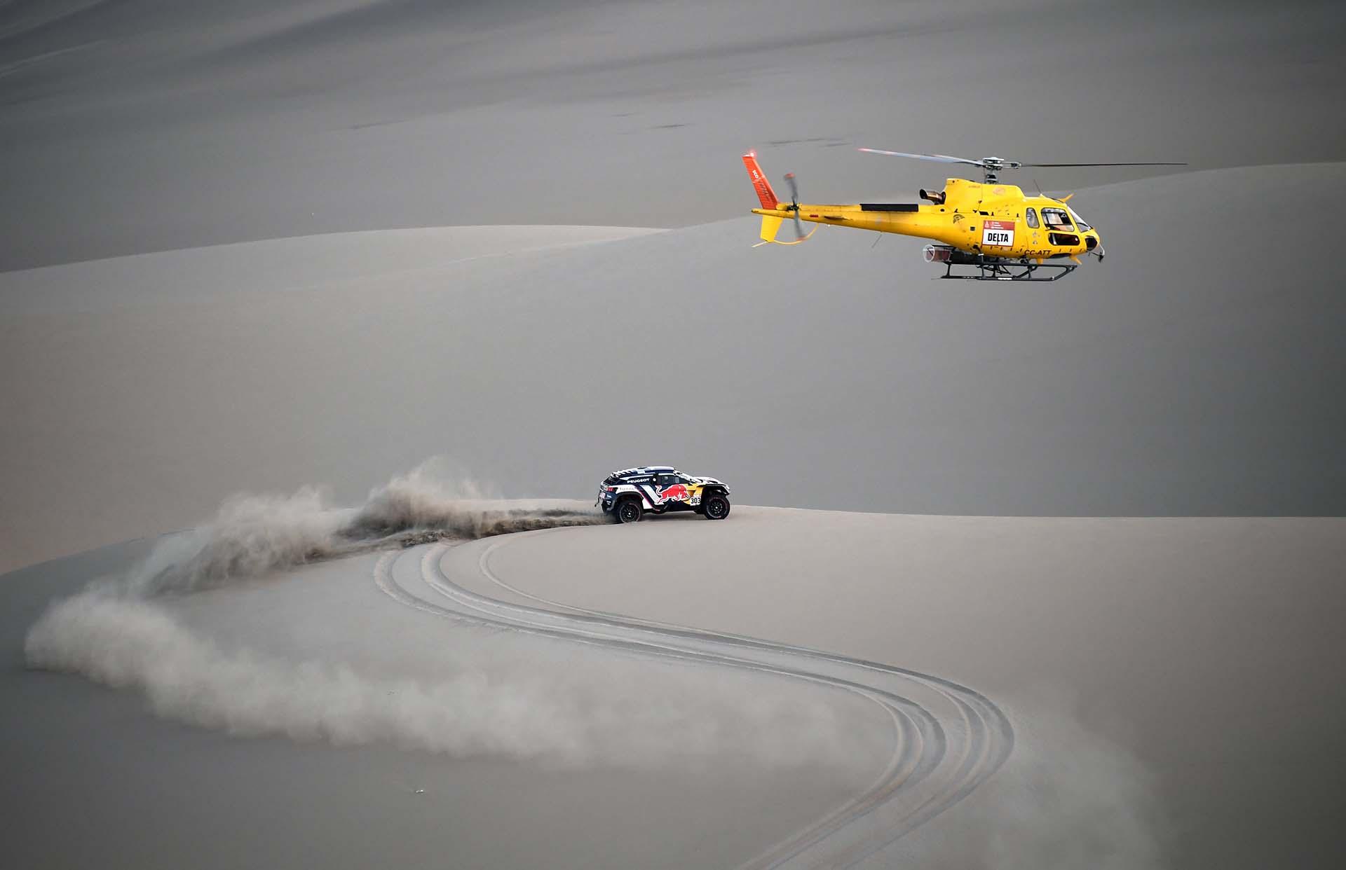 Los pilotos españoles de Peugeot Carlos Sainz y Lucas Cruz compiten durante la quinta etapa del Rally Dakar 2018