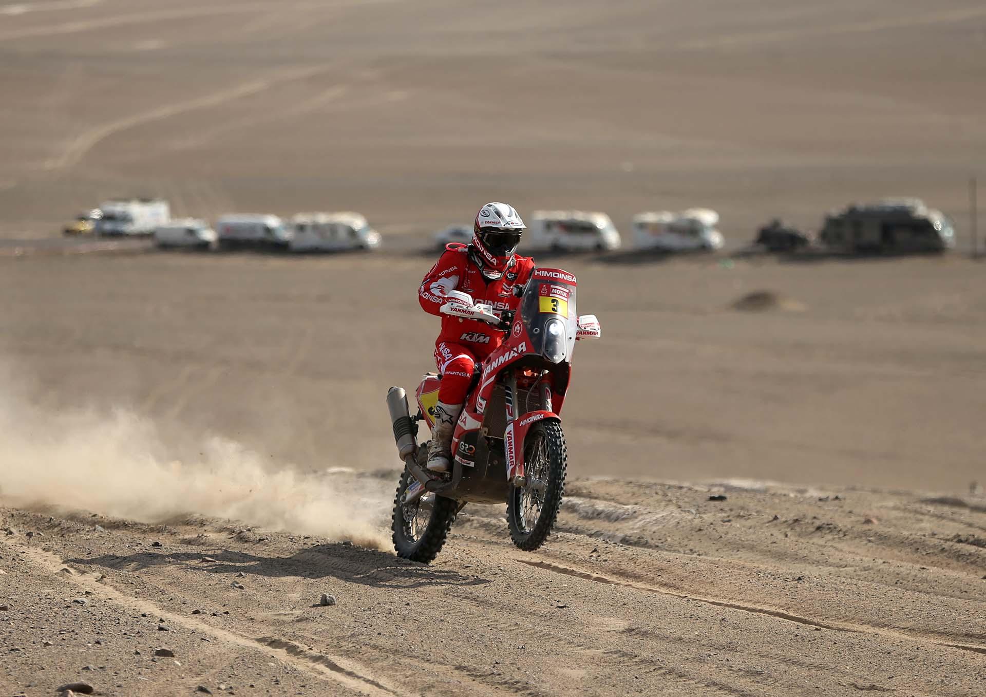 El piloto español Gerard Farres Guell compite durante la quinta etapa del Rally Dakar 2018