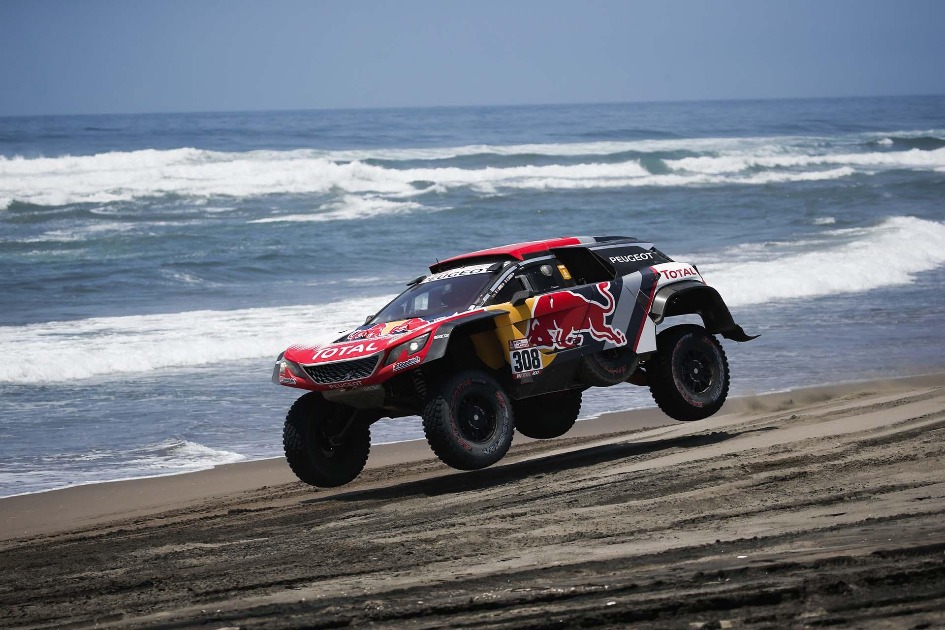 Los pilotos franceses de Peugeot Cyril Depres y David Zaster compiten durante la quinta etapa del Rally Dakar 2018