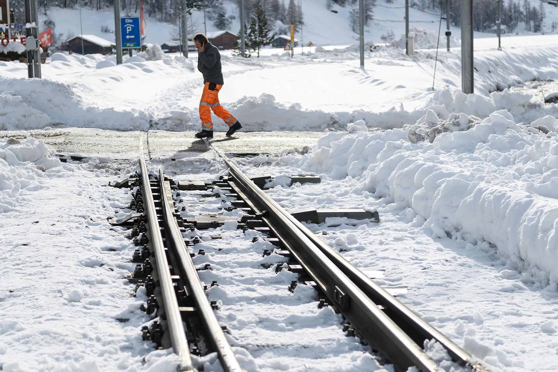 Las vías del tren quedaron bloqueadas por la nieve(AFP)