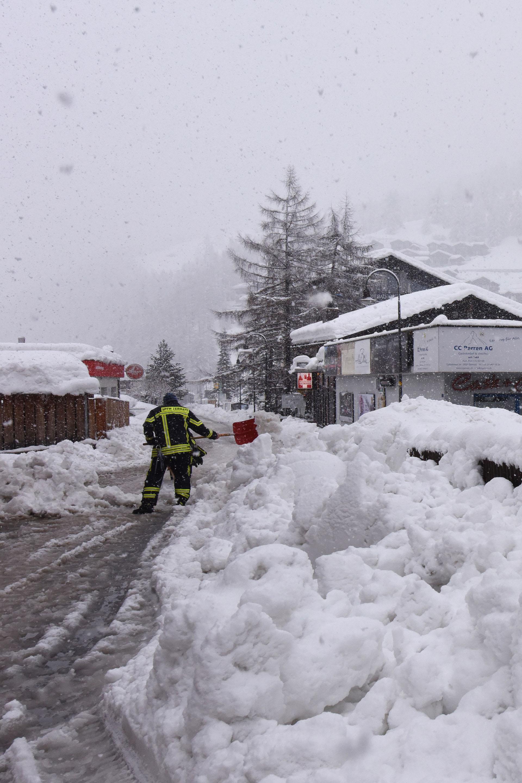 Los trabajadores estuvieron largas horas para remover los enormes bloques de nieve(AFP)