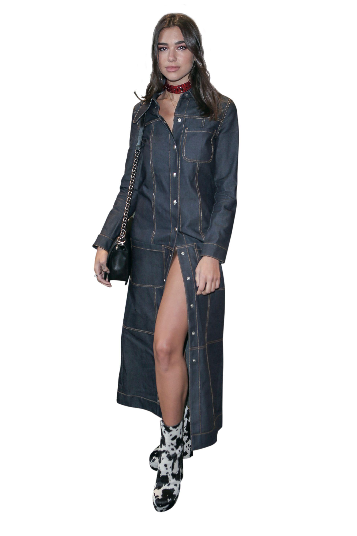 Dua en Italia con un vestido camisero de jean y llamativas botas.