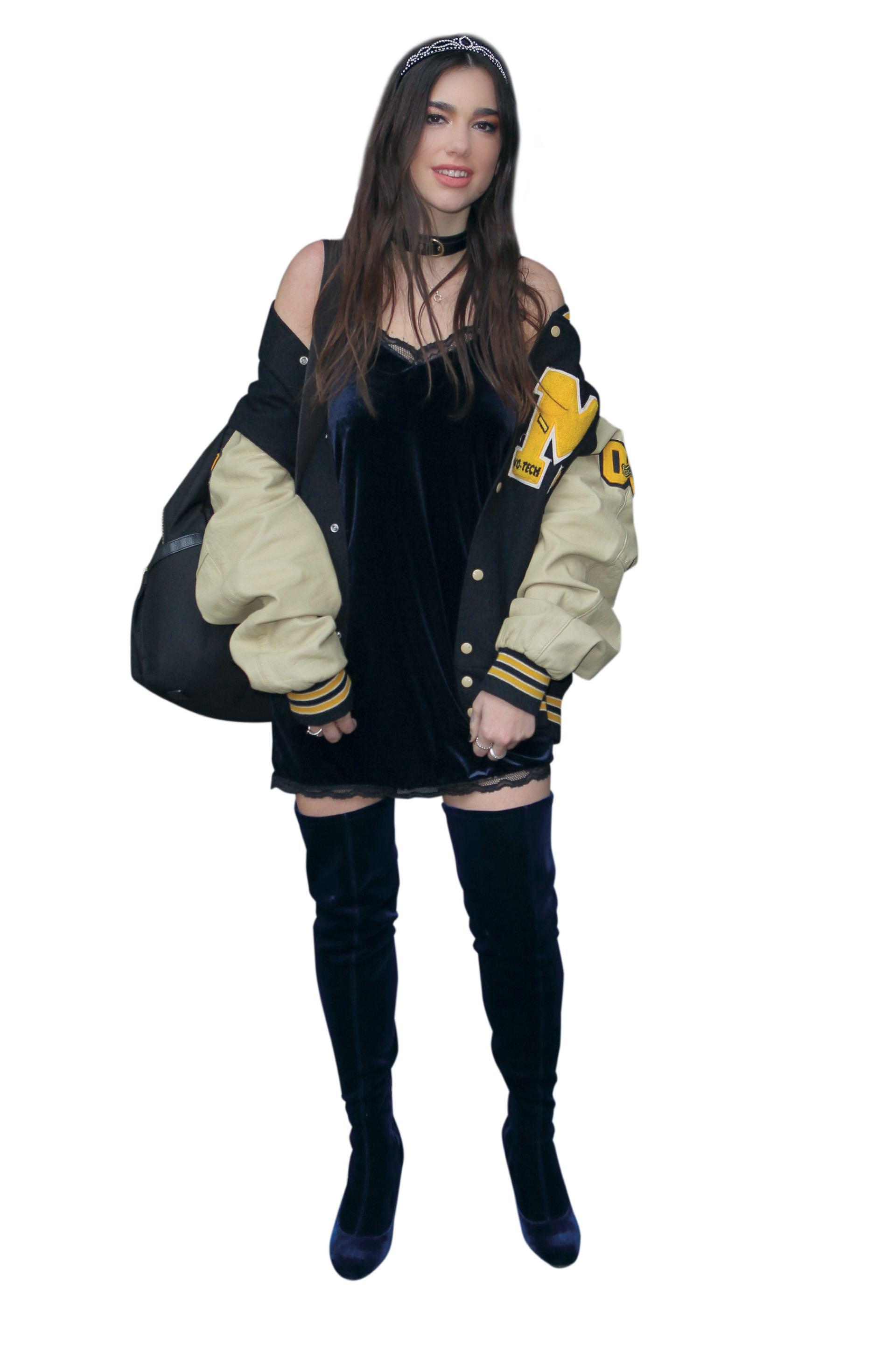 Dua Lipa llama la atención por su look: slipdress, mochila, choker, bomber y tocado.
