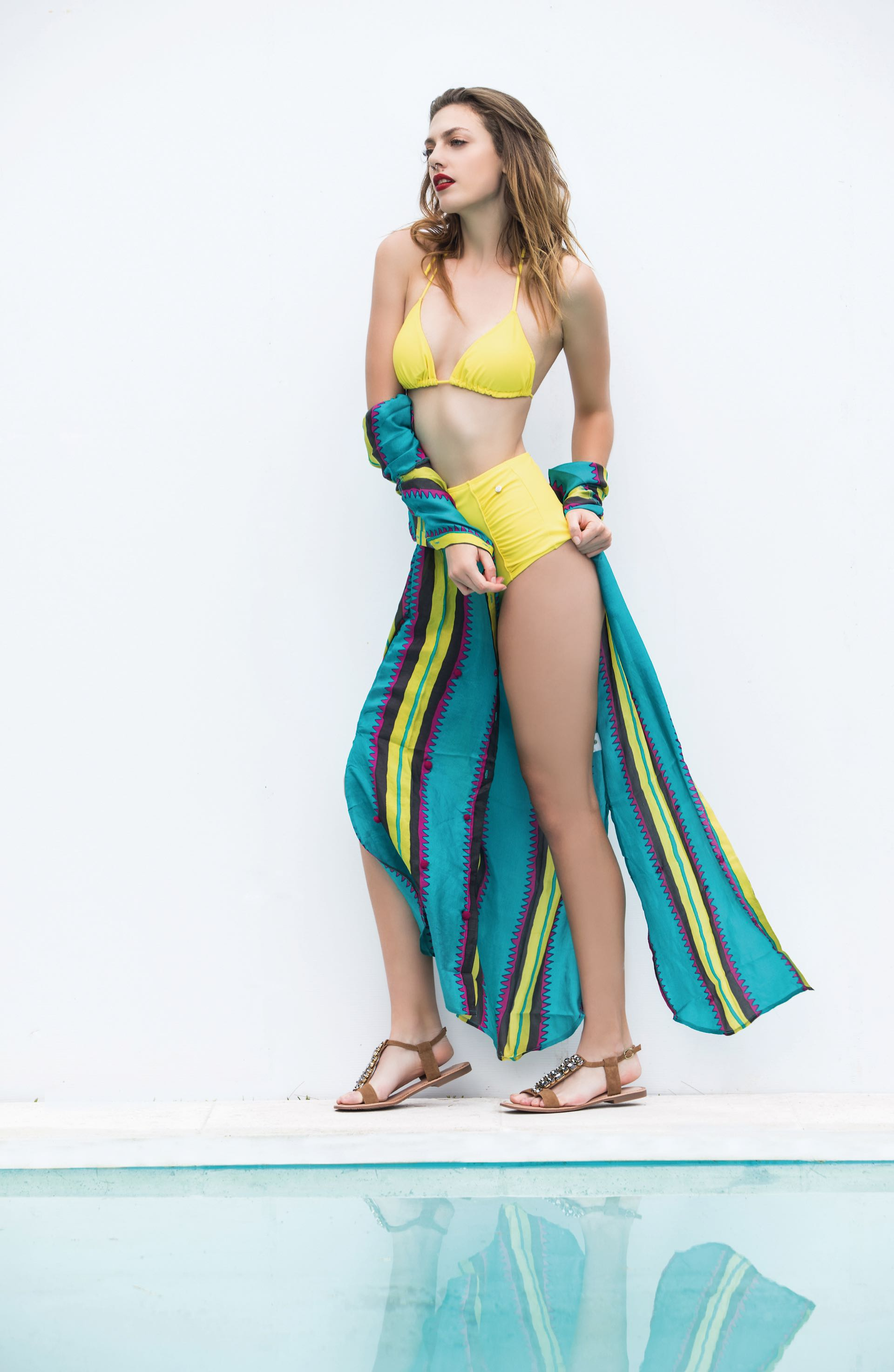 Bikini con corpiño de triangulitos y culotte de tiro alto ($ 1.605, Cipitria), camisa larga de seda estampada($ 4.400, Rapsodia) y sandalias con apliques ($ 1.900, Hush Puppies). Foto Fernando Venegas/ Para Ti