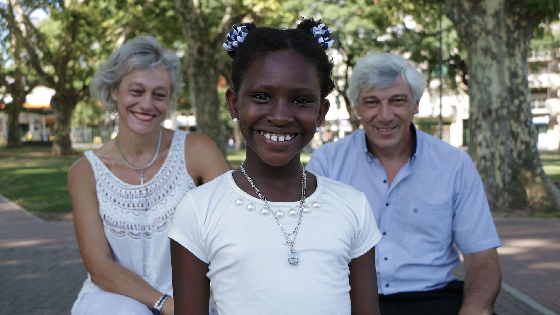 Adelante, Estherline. Atrás, Lucrecia y Guillermo, sus padres. Viven en La Plata (Lihue Althabe)