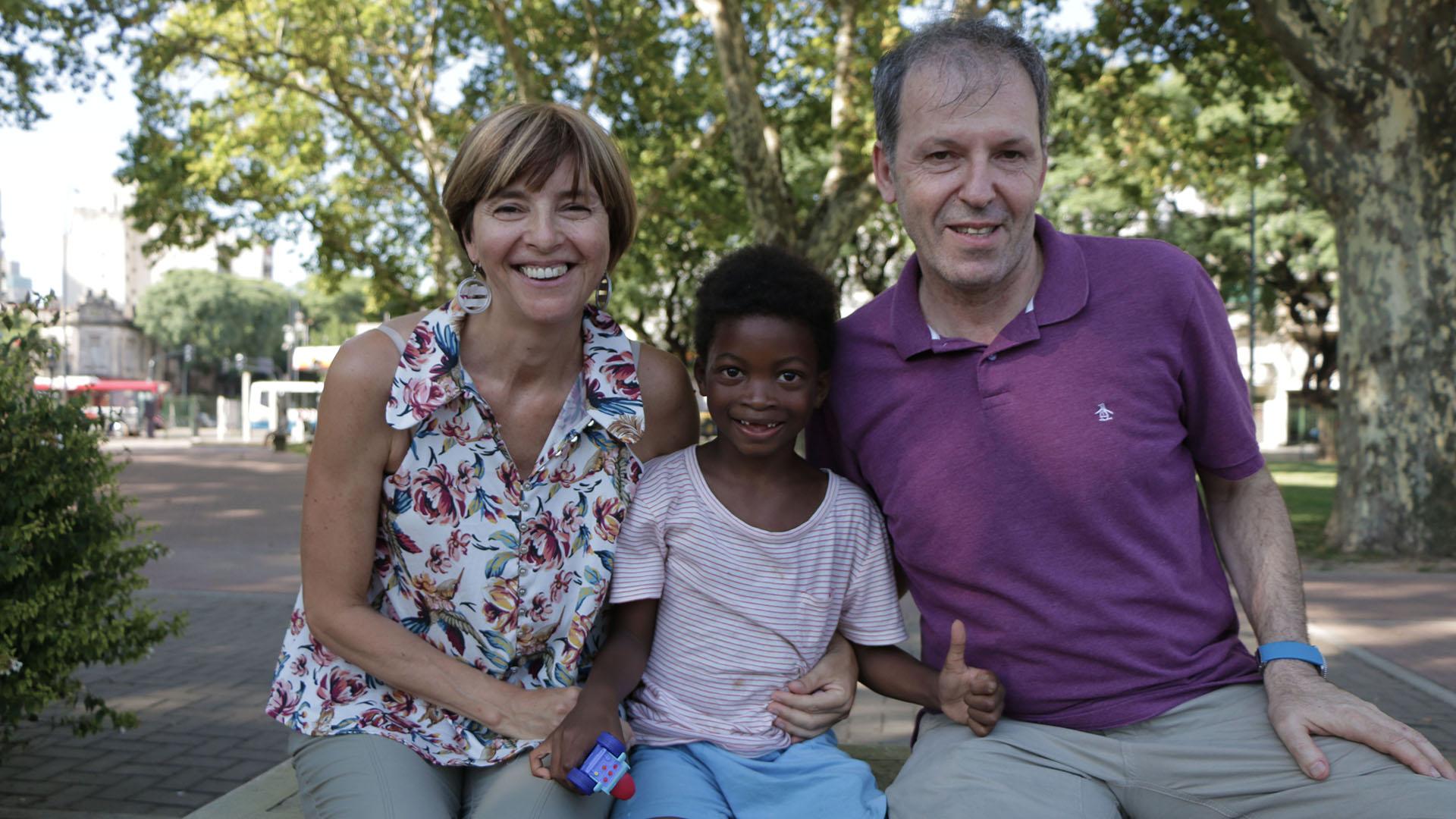Los tres. Junto a la hija biológica que ya tenía Adolfo, formaron una nueva familia (Lihue Althabe)