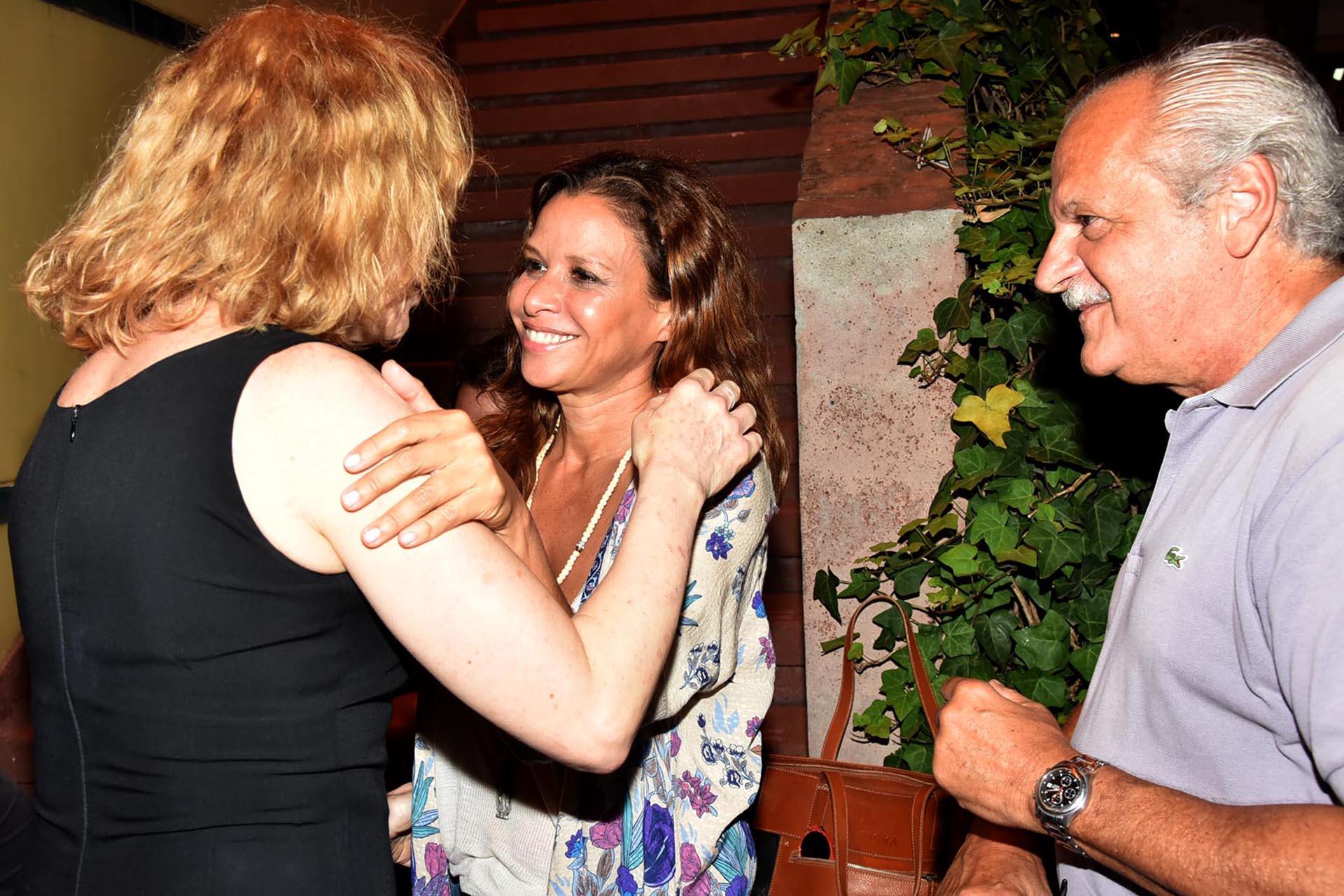 Julieta Ortega se saluda con Cecilia Roth