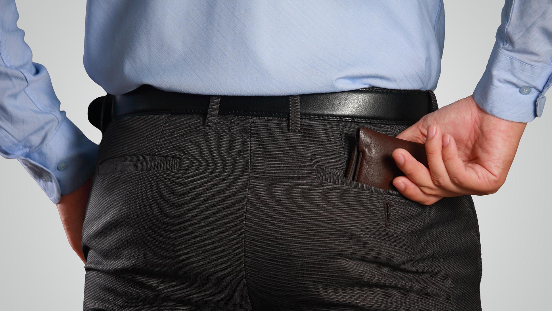Los hombres suelen guardar la billetera en su bolsillo trasero ypasar sentados durante mucho tiemposin notar el desnivel en su postura (Getty)