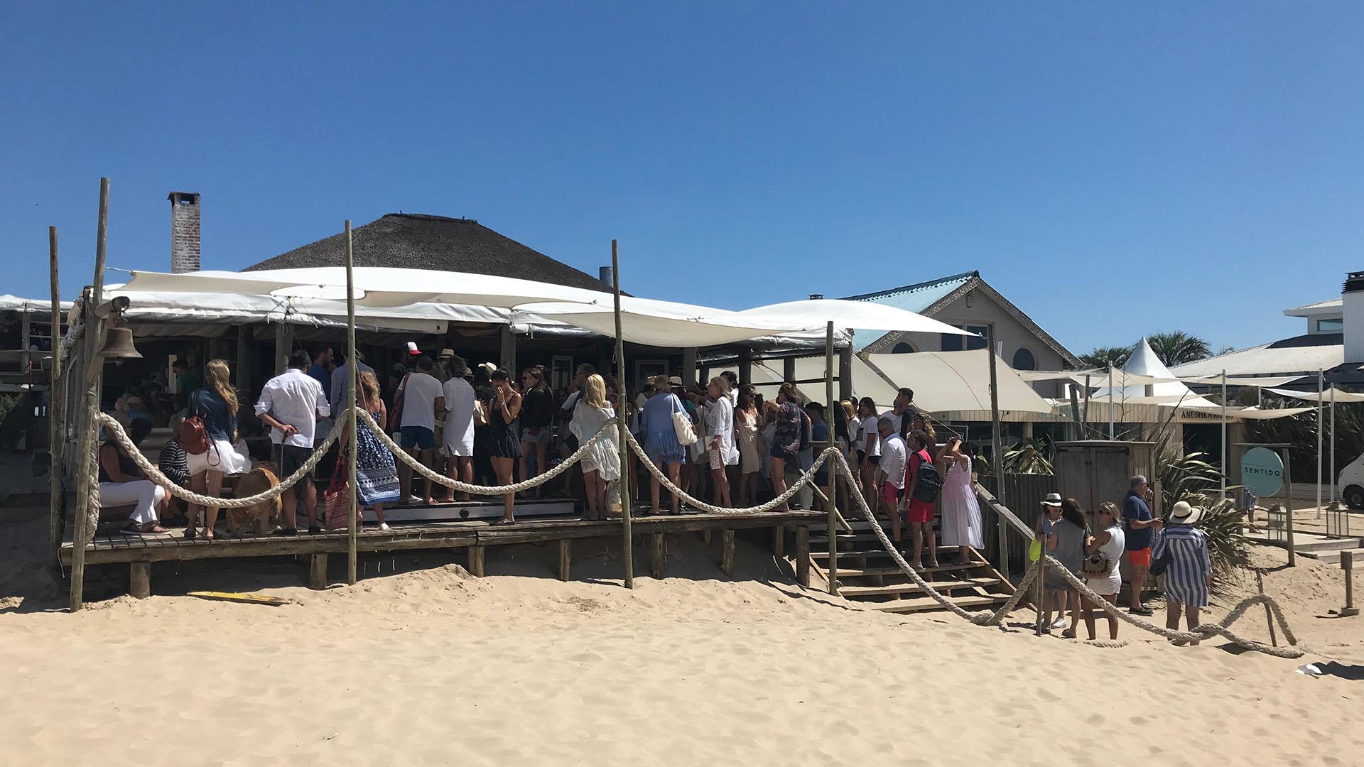 En La Huella, largas esperas para almorzar frente al mar (Infobae)
