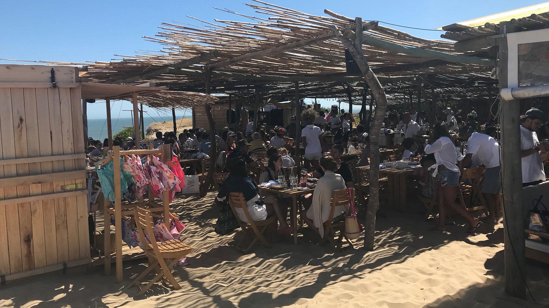 La Susana tiene un estilo único, con las mesas sobre la arena y el mar a pocos metros (Infobae)
