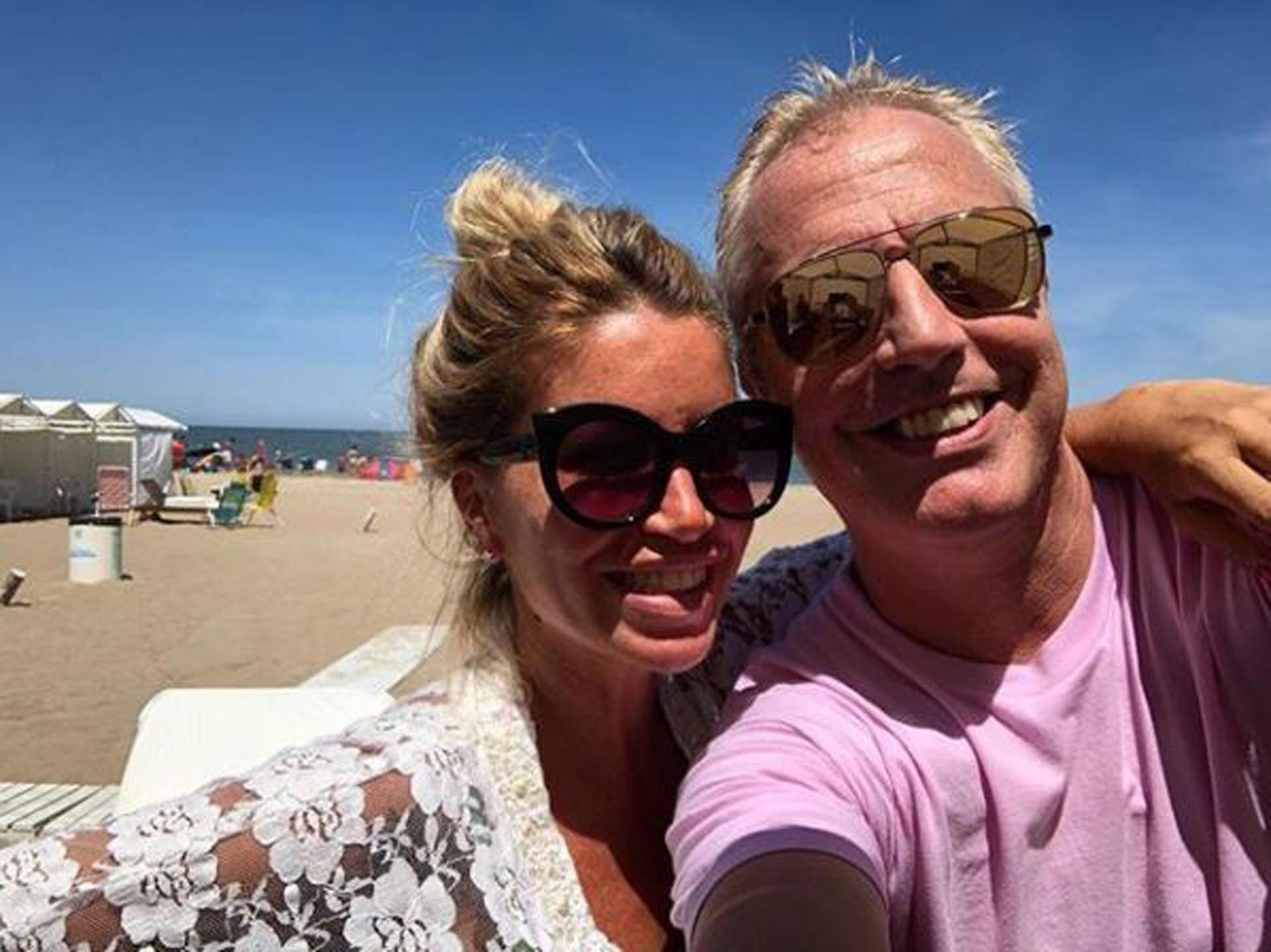 Flor Peña y Marley, en la playa de Pinamar