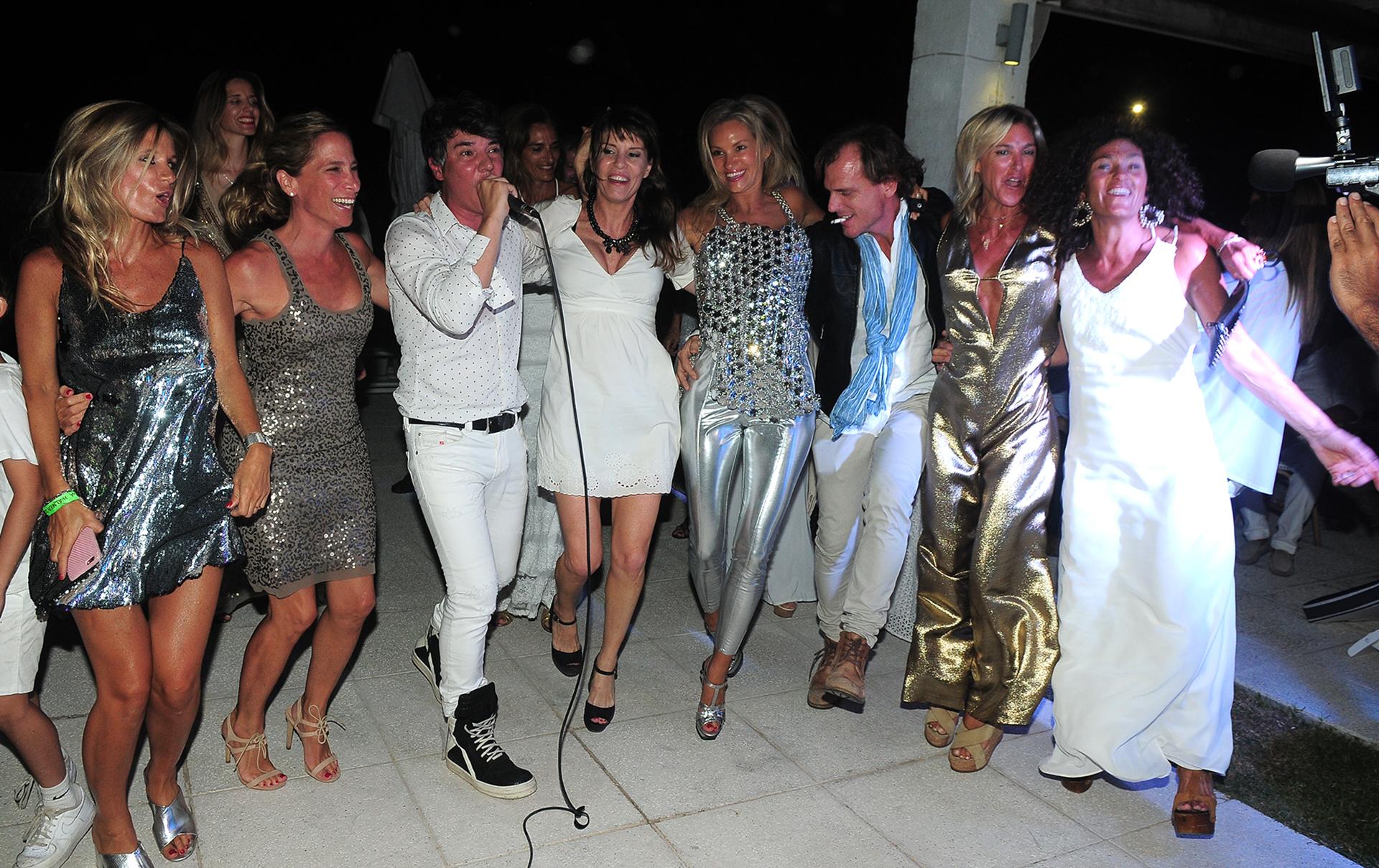 Los invitados en pleno dancing con Maxi Trusso