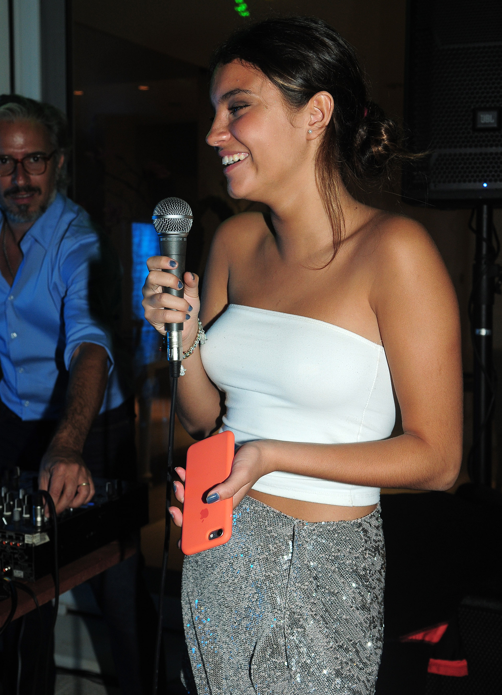 La hija de Lily, Abril, cantó un tema de Amy Winehouse, acompañada en la guitarra por su amiga Pampa Robirosa Mihanovich, sobrina de Sandra Mihanovich