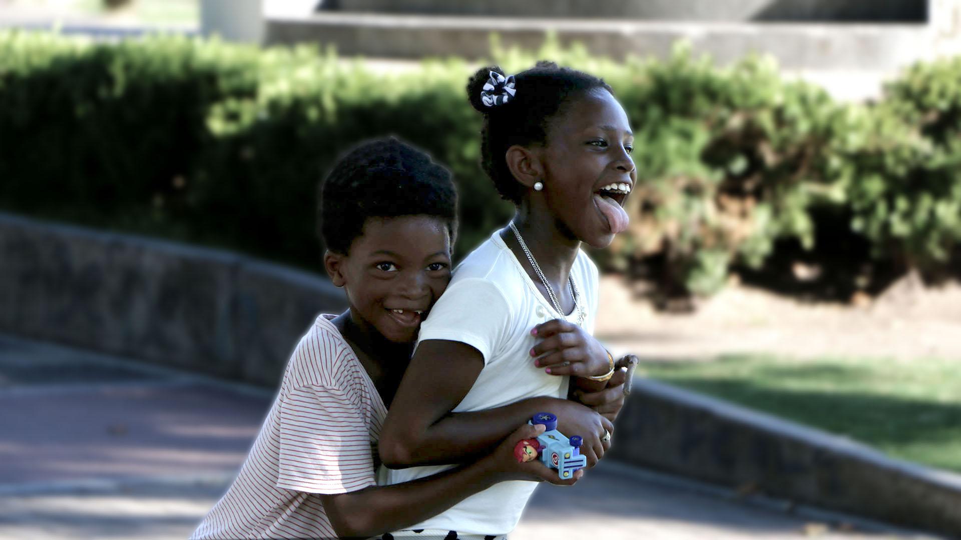 Estherline y Davidson en la plaza, a pocos minutos de conocerse (Lihue Althabe)