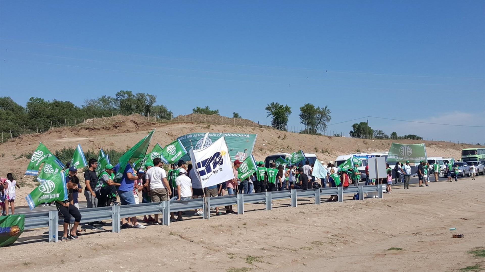 Uno de los cortes de ruta en la autopista Córdoba-Río Cuarto, en reclamo de reincorporación de los despedidos de Fabricaciones Militares