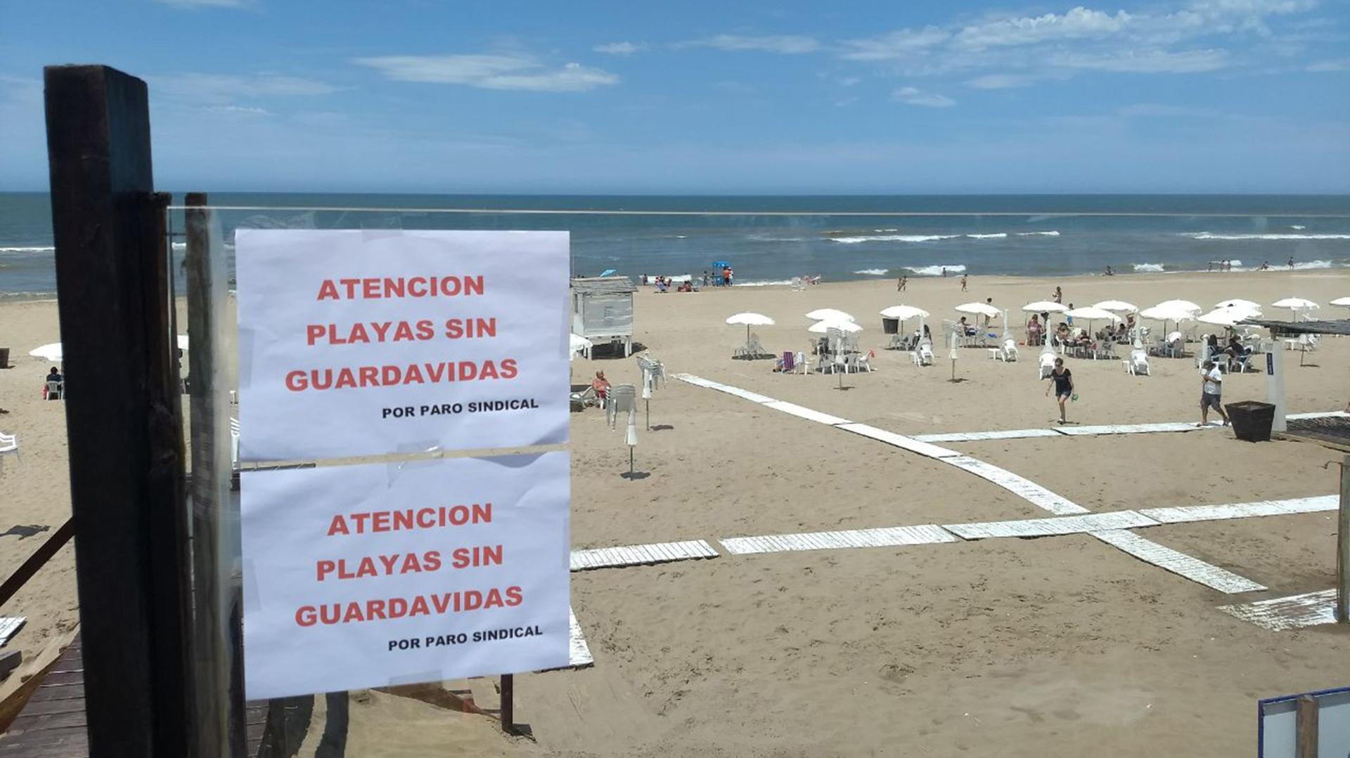 Una de las playas de Cariló advierte de la falta de guardavidas