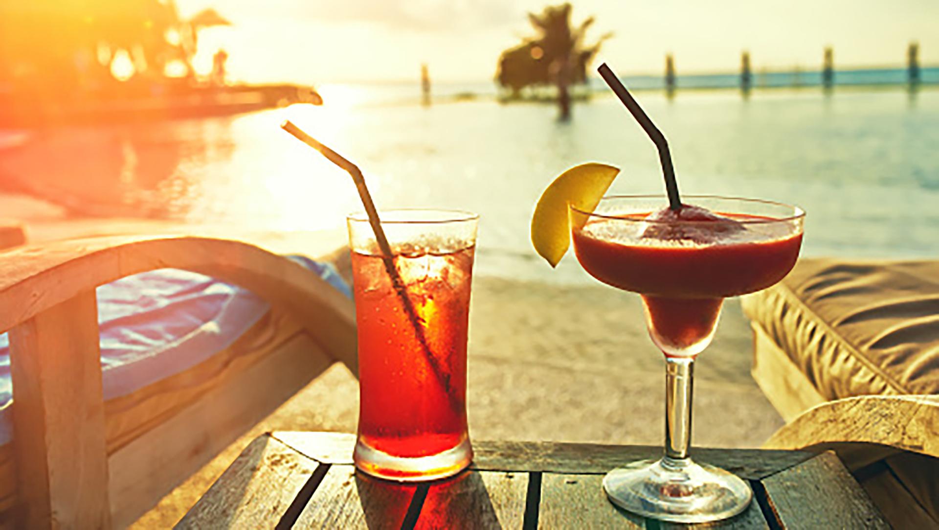 Resultado de imagen para Disfrutar unas bebidas en la playa