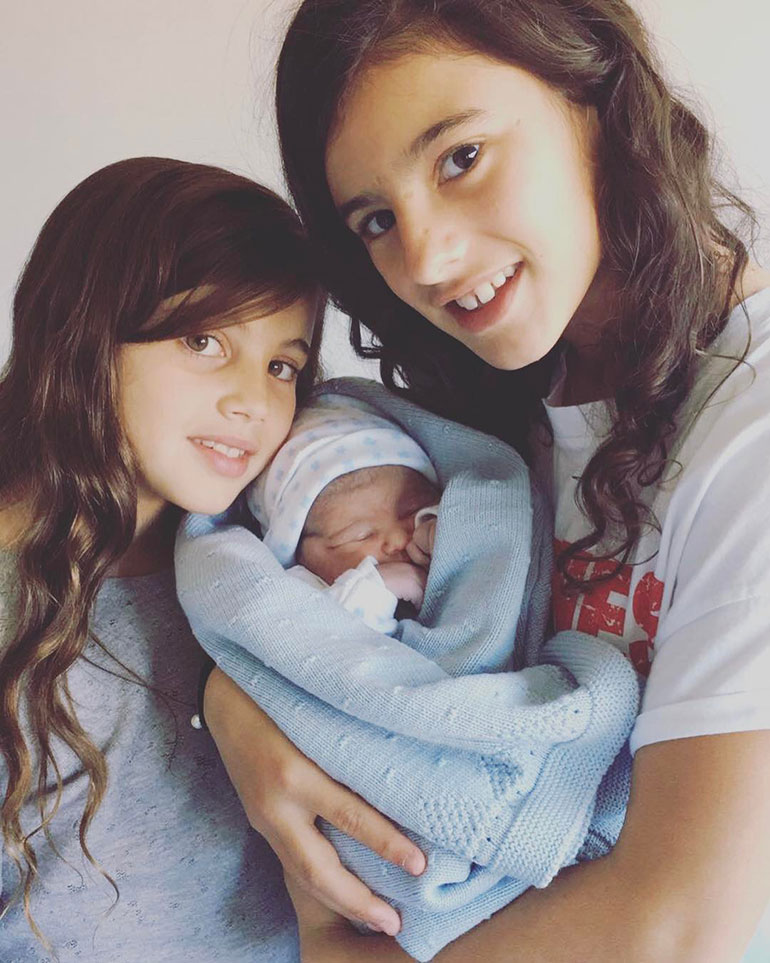 Alma (8 años), Lola (11) y el pequeño Bruno (9 meses) (@mascherano14)