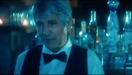 Eric Roberts es el barman que sirve a la pareja un ron con hielo, una secuencia que se repite y multiplica el encuentro