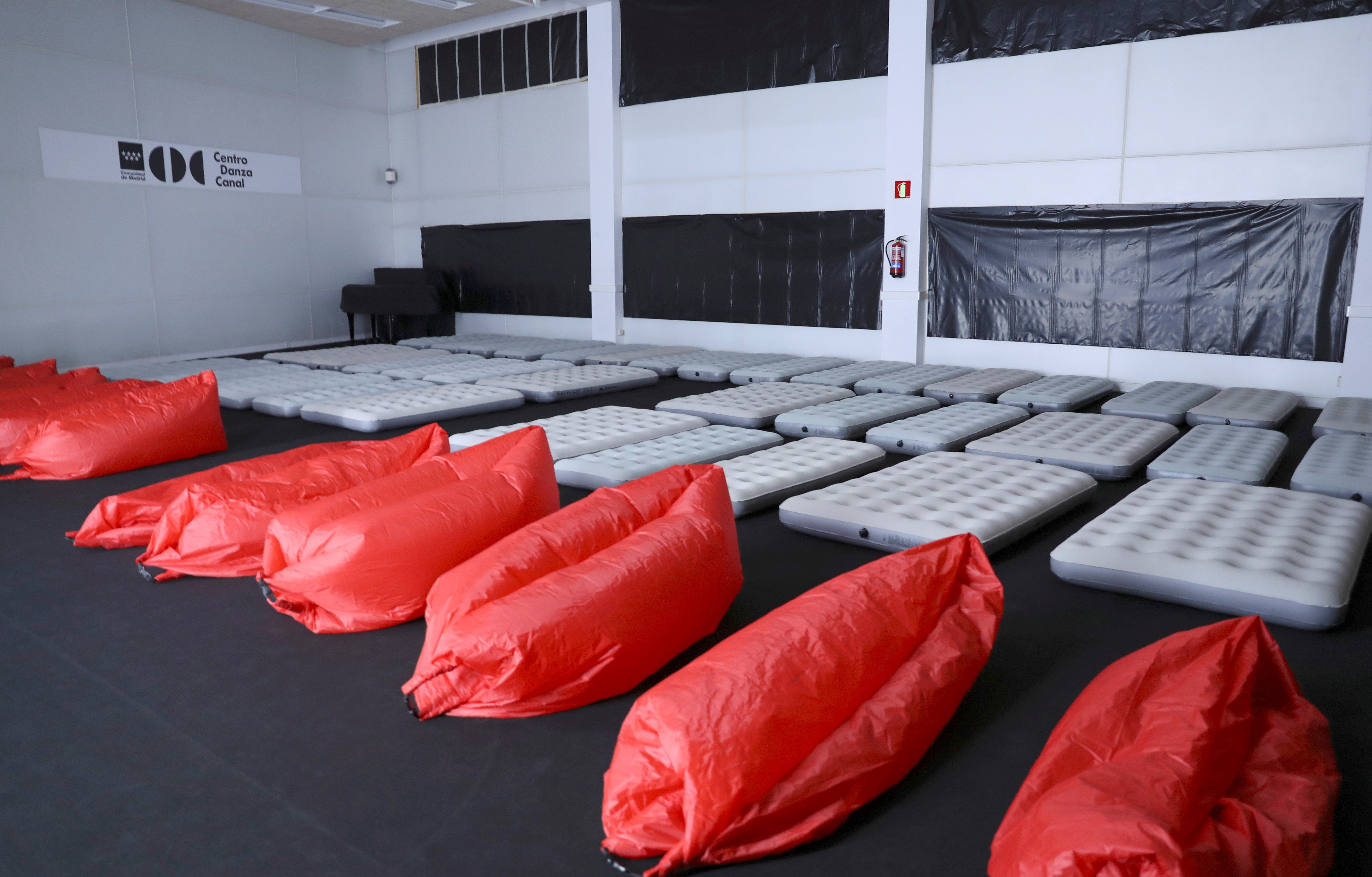 "Sala habilitada para descansar en los Teatros del Canal, en Madrid, para los espectadores de ""Mount Olympus. To Glorify the Cult of Tragedy"". (EFE/Ballesteros)"
