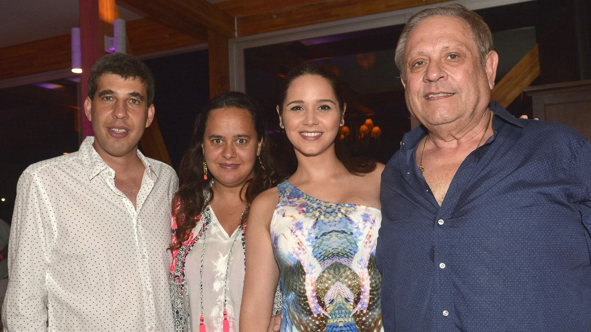 Alejandro Simon (CEO de la Compañia) y su esposa Andrea Ginar y Nestor Abatidaga (Director General Corporativo) y su esposa Natali Marquez.