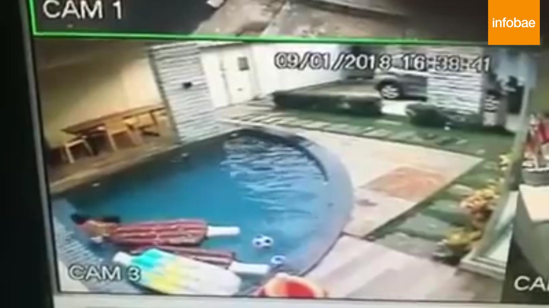 Tras sacarlo de la piscina, lo retó por haberse ido sin permiso