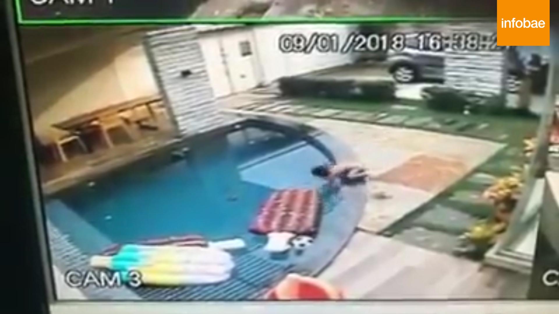 El niños de 2 años se acercó a la piscina y se cayó al agua