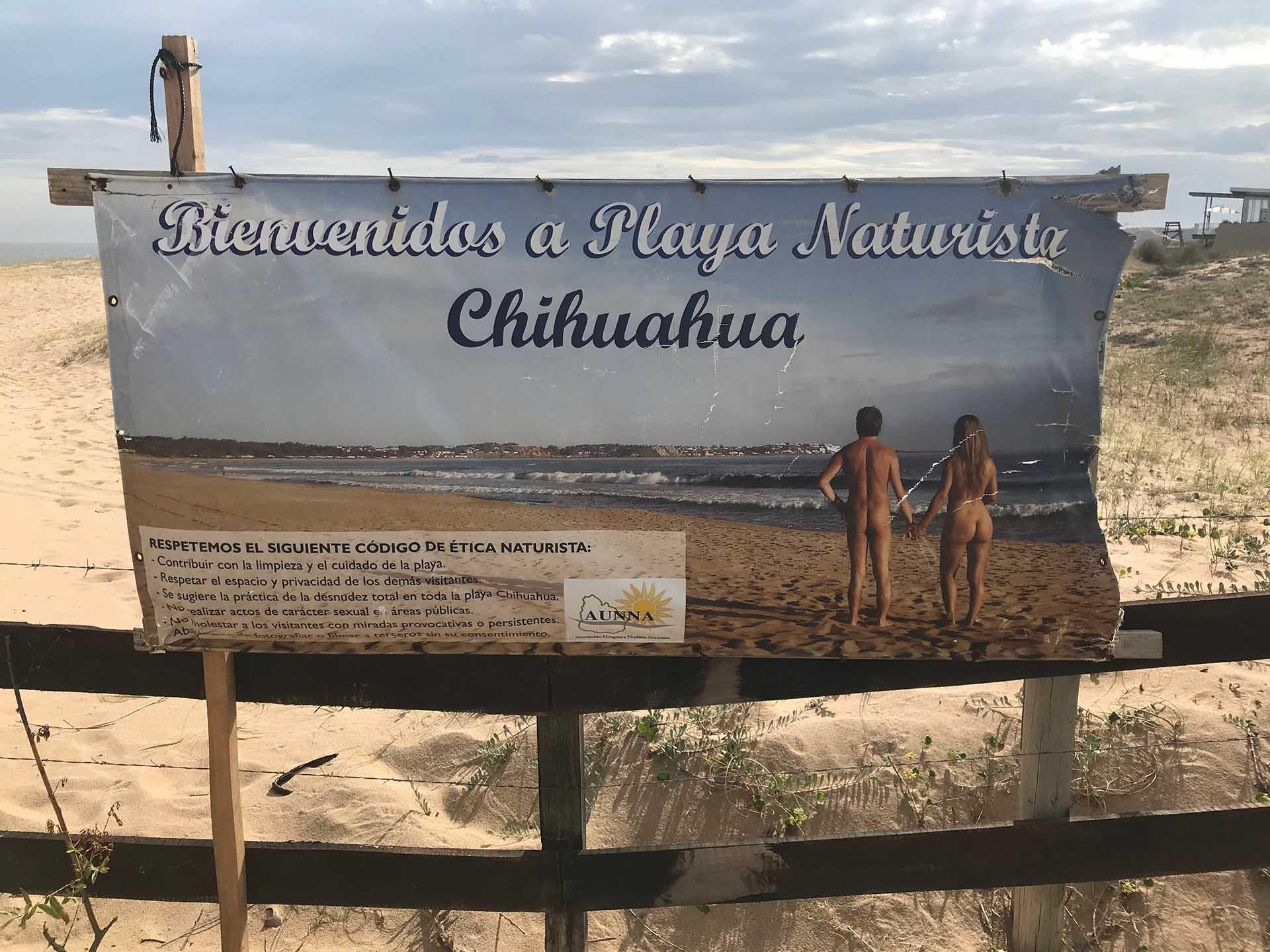 El cartel que se exhibe en el ingreso a la playa (Infobae)