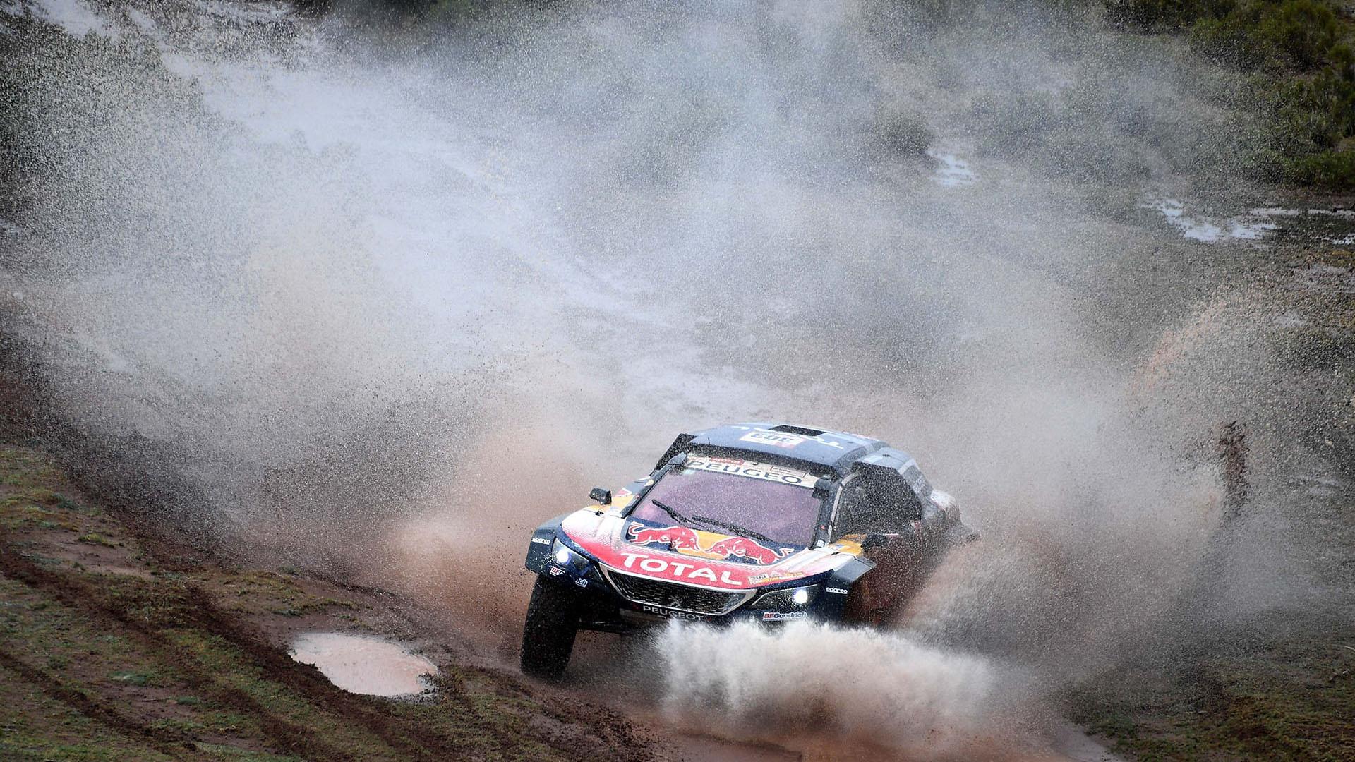"""""""Estoy contento con la etapa y vamos a seguir día a día tratando de pasar etapas, que quedan muchas y muy complicadas"""", dijo Carlos Sainz tras cruzar la meta con su Peugeot"""