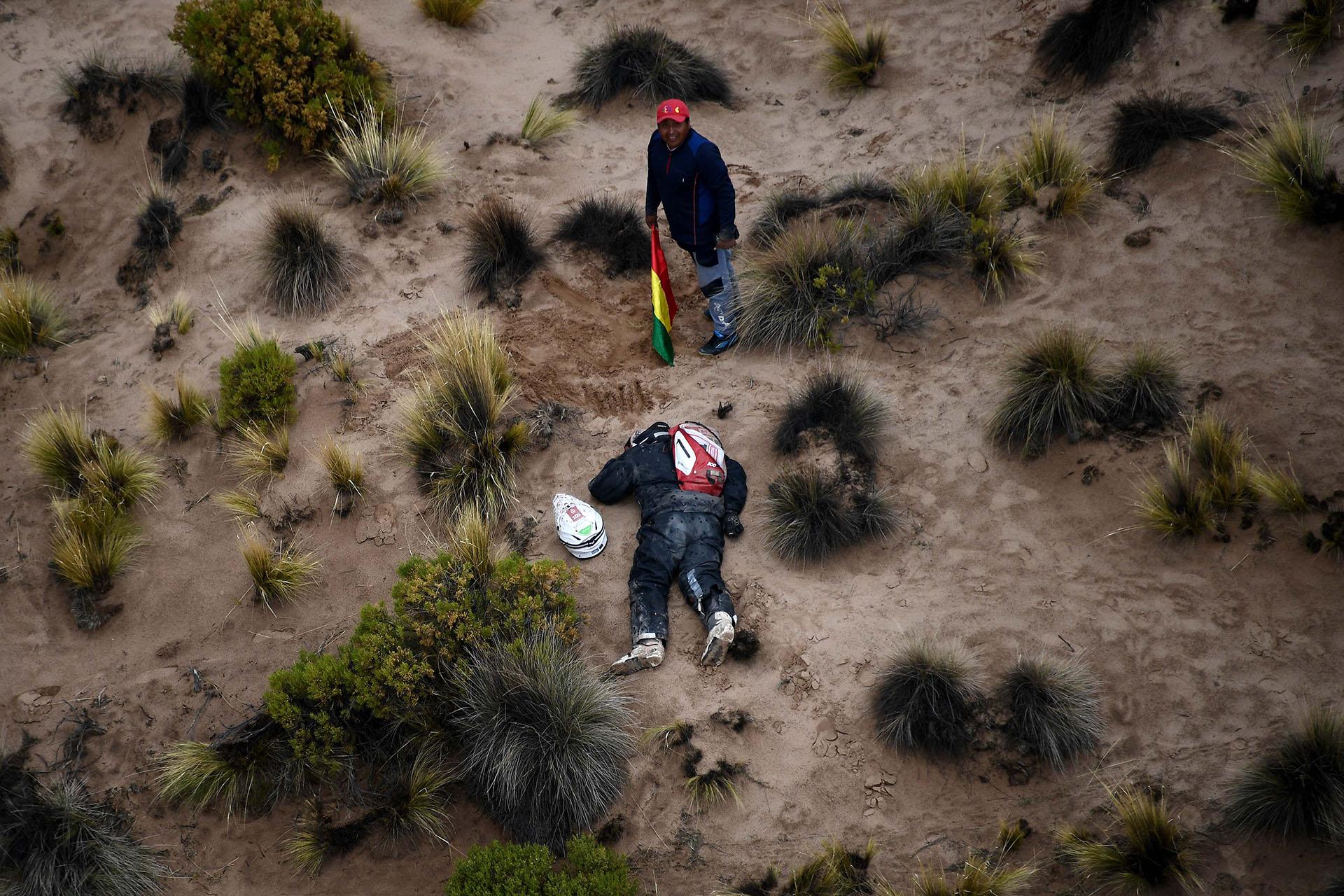 El alemán Guillaume Martens durmiendo en mitad del trayecto que une a La Paz con Uyuni