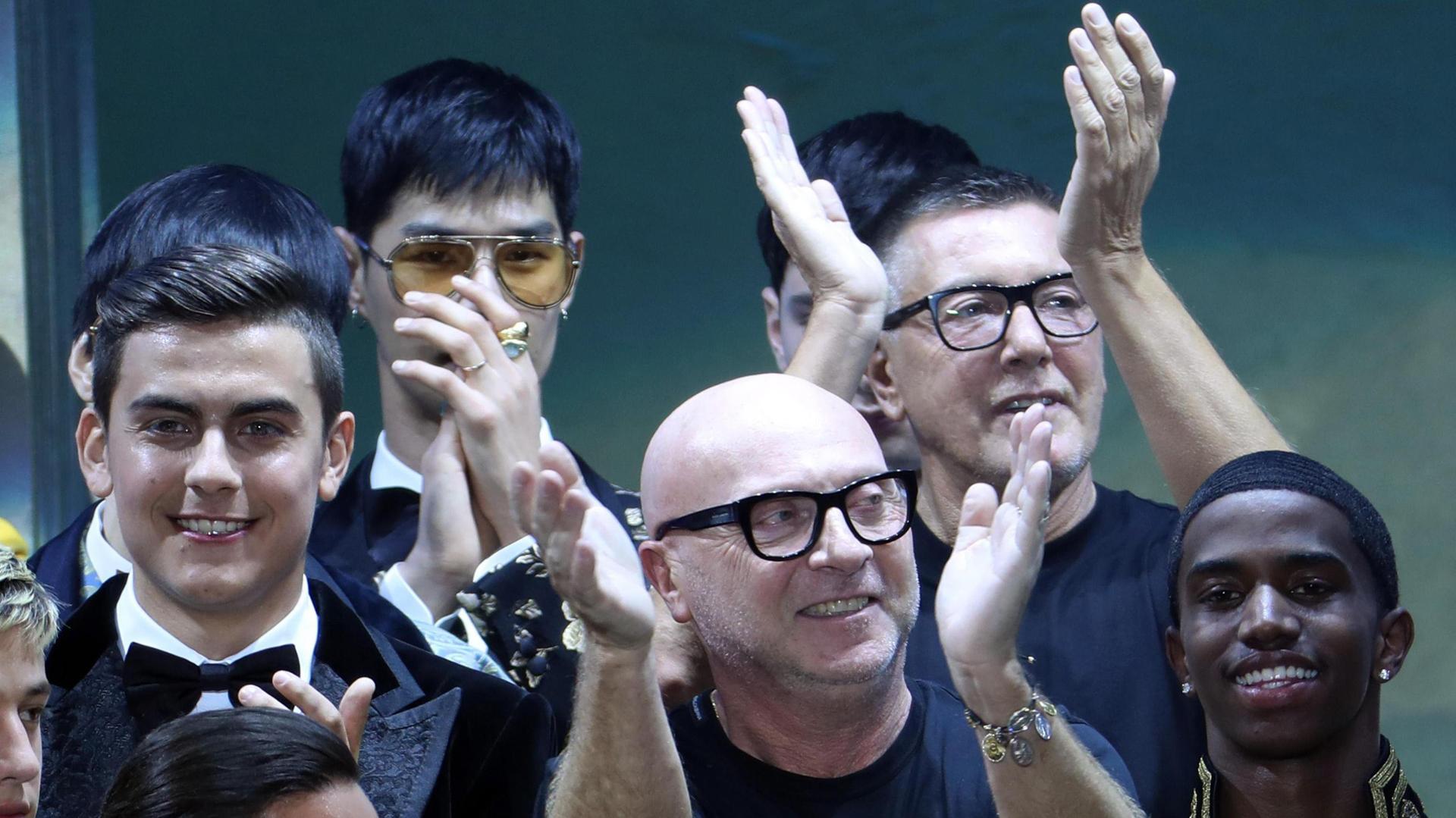 Paulo Dybala (L) fue una de las figuras del Italian fashion Week celebrado ayer en Milán (EFE/EPA/MATTEO BAZZI)