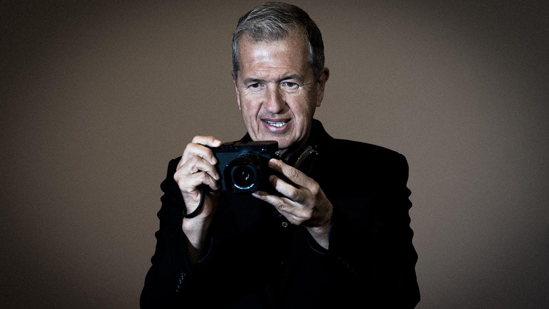 Mario Testino posa en la apertura de una exhibición sobre su obra en Berlín (Getty Images)