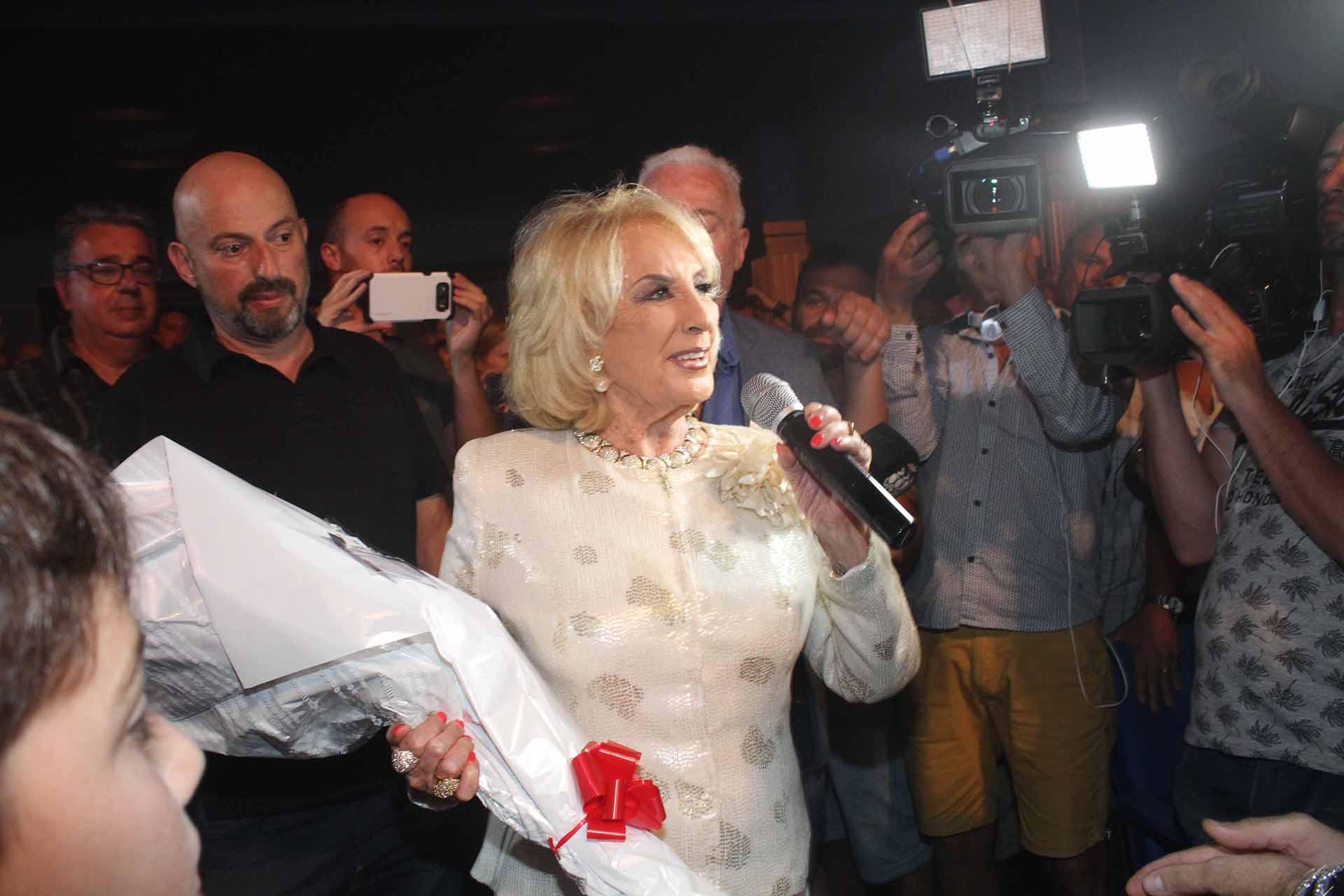 Mirtha Legrand recibbió la ovación del público y un ramo de flores por parte de la imitadora
