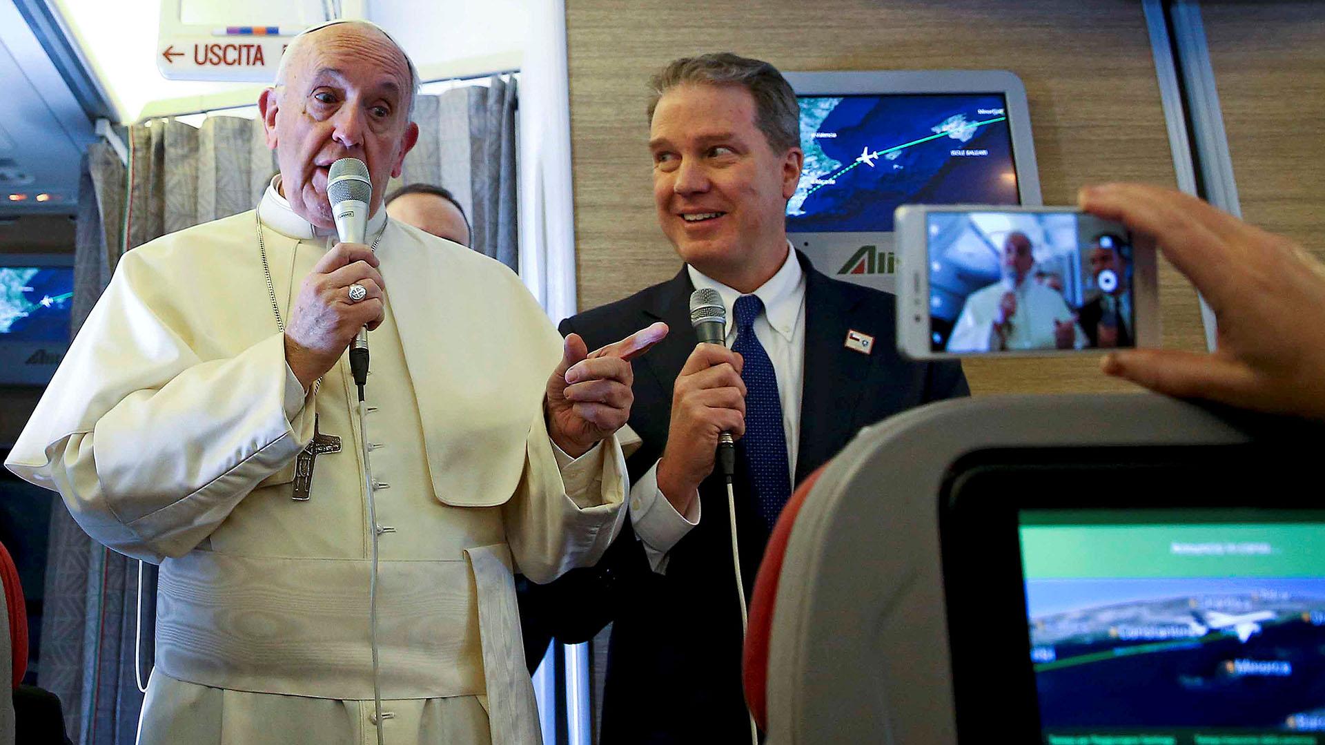 El papa Francisco habla ante los periodistas a bordo del avión que los traslada desde Roma a Santiago de Chile (Reuters)