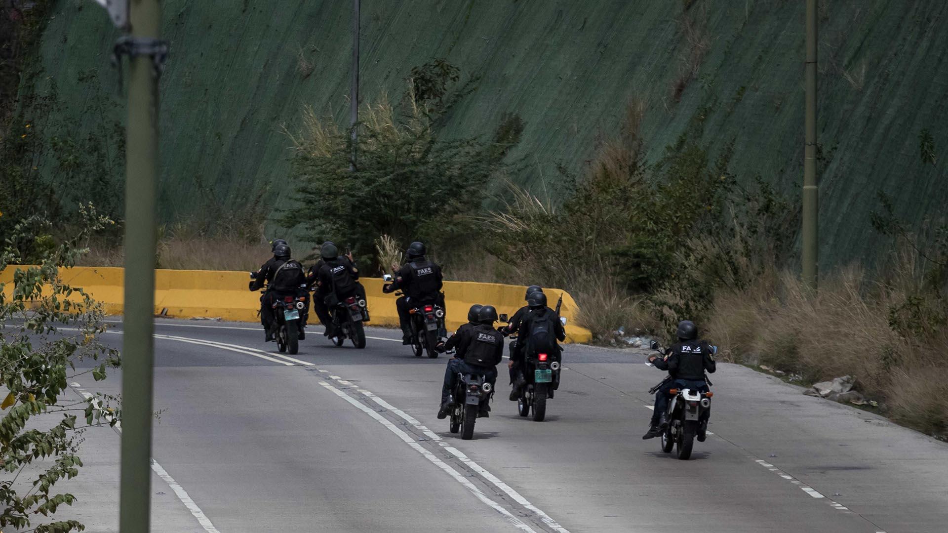 Agentes de las Fuerzas Armadas Bolivarianas cruzan en motocicletas hacia el lugar donde se realiza una operación contra el grupo liderado por el policía Óscar Pérez