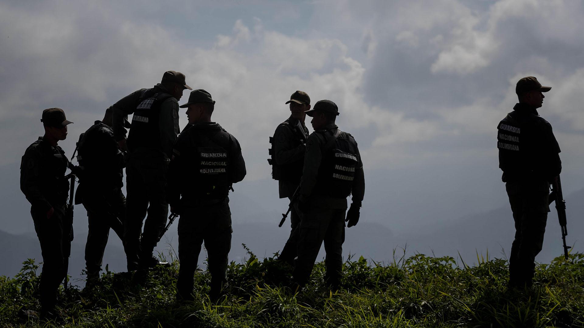 Agentes prestan guardia en los alrededores del lugar donde se realiza una operación contra el grupo liderado por el policía Óscar Pérez